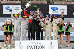 LMGT podium: vainqueurs de la catégorie Jorg Bergmeister et Patrick Long, 2e Jan Magnussen et Johnn