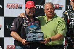 Michael Andretti accèpte le trophée du Directeur d'Equipe par le maire de Long Beach Bob Foster