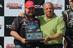 Michael Andretti accepts the team owner trophy from Long Beach mayor Bob Foster