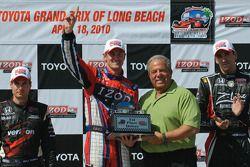Ryan Hunter-Reay areçoit le trophée de vainqueur par le maire de Long Beach Bob Foster