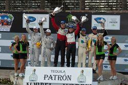 LMGT podium: vainqueurs de la catégorie Jorg Bergmeister et Patrick Long, 2e Jan Magnussen et Johnny O'Connell, 3e Bill Auberlen et Tom Milner