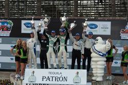 LMPC podium: vainqueurs de la catégorie Gunnar Jeannette et Elton Julian, 2e Scott Tucker et Christophe Bouchut, 3e J.R. Hildebret et Tom Sutherlet