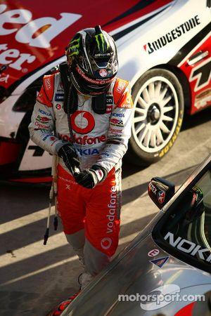 Jamie Whincup fête son succès après avoir remporté la course 2 au Hamilton 400