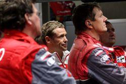 Tom Kristensen regarde la fin de la course