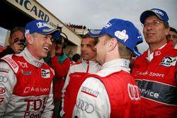 vainqueurs Rinaldo Capello et Allan McNish font la fête avec avec Tom Kristensen