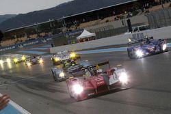 #7 Audi Sport Team Joest Audi R15 TDI: Rinaldo Capello, Allan McNish passe le drapeau à damiers