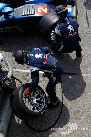 Pit stop for #2 Team Peugeot Total Peugeot 908 HDI FAP: Pedro Lamy, Nicolas Minassian, Stéphane Sarrazin, Franck Montagny