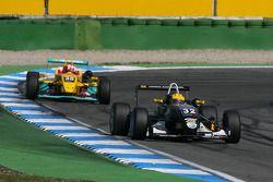 Luis Sa Silva, China Sonogol-Motopark, Dallara F305 Mercedes, leidt voor Sandro Zeller, Jo Zeller Ra