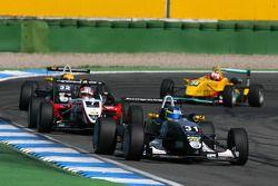 Jimmy Eriksson, Motopark Academy, Dallara F305 Volkswagen, leidt voor Nicolas Marroc, Prema Powertea