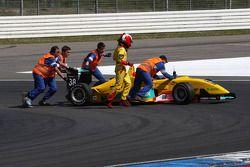 Marshals met de wagen van Sandro Zeller, Jo Zeller Racing, Dallara F306 Mercedes