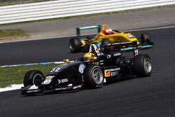 Luis Sa Silva, China Sonogol-Motopark, Dallara F305 Mercedes, leidt Sandro Zeller, Jo Zeller Racing,