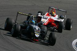 Эдриан Куэйф-Хоббс, Motopark Academy, Dallara F308 Volkswagen едет впереди Эстебана Гутьереса, ART G
