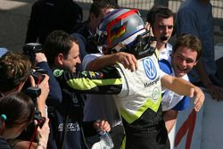 Marco Wittmann, Signature, celebrating his victory with his team