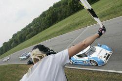 #01 Chip Ganassi Racing avec Felix Sabates BMW Riley: Scott Pruett, Memo Rojas passe le drapeau à da