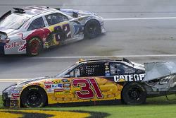 Jeff Burton, Richard Childress Racing Chevrolet et Scott Speed, Red Bull Racing Team Toyota crash