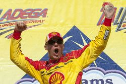 Victory lane: race winnaar Kevin Harvick, Richard Childress Racing Chevrolet