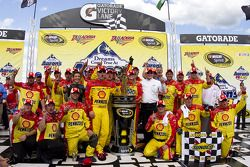 Victory lane: race winnaar Kevin Harvick, Richard Childress Racing Chevrolet met team