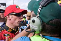 Victory lane: race winnaar Kevin Harvick, Richard Childress Racing Chevrolet geeft interviews