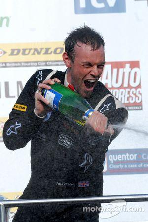 Paul O'Neill fait sauter le champagne
