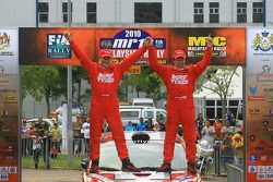 Winner, Katsu Taguchi avec co-pilote Mark Stacey du MRF Tyres