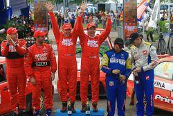 Winnaar, Katsu Taguchi met Mark Stacey, MRF Tyres