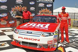 Darrell Waltrip en Kasey Kahne onthult de retro Budweiser Ford die Kahne racet in de RIR; de auto he