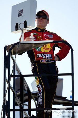 Jamie McMurray regarde les essais Nationwide sur le dessus du camion JR Motorsports