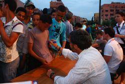 Yvan Muller, Chevrolet, Chevrolet Cruze LT signeert handtekeningen