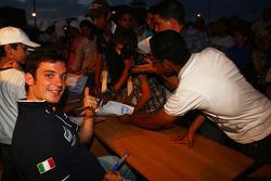 Sergio Hernetez, Scuderia Proteam Motorsport, BMW 320si signe des autographes