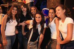 Jeunes femmes à la séance d'autographes