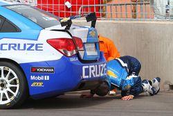 Alain Menu, Chevrolet, Chevrolet Cruze LT checking the car
