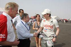 Jonathan Palmer CEO MotorSport Vision, présente Jean Todt, President de la FIA, à Ivan Samarin