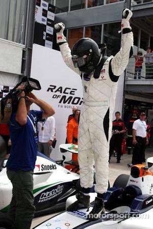 Race 1 winner Dean Stoneman celebrates his victory in parc ferme