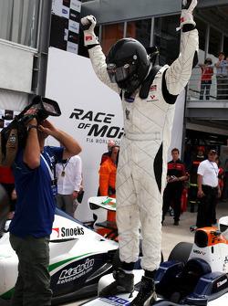 Course 1, vainqueur : Dean Stoneman fête son succès dans le Parc Fermé