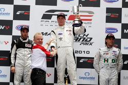 Le trophée est présenté par Jonathan Palmer, CEO MotorSport Vision