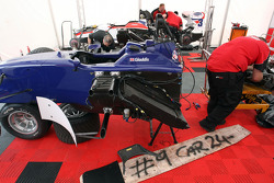 Mécaniciens au travail sur la voiture de Tom Gladdis