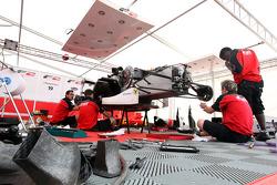 Mécaniciens au travail sur la voiture de Nicola de Marco