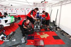 Mécaniciens au travail sur la voiture de Jack Clarke