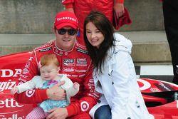 Scott et Emma Dixon avec leur 3e enfant sur le podium
