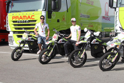Mika Kallio, Pramac Racing Team y Aleix Espargaró, Pramac Racing Team con motos de motocross