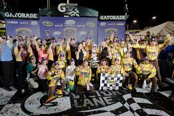 Victory lane: race winnaar Kyle Busch, Joe Gibbs Racing Toyota