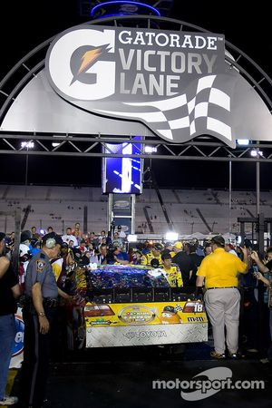 Victory lane: the winningvoiture de Kyle Busch, Joe Gibbs Racing Toyota
