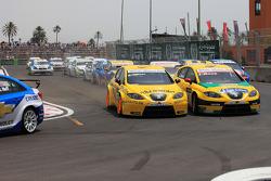 Start: accident de Michel Nykjer, Sunred ingénieuring Development, Seat Leon 2.0 et Jordi Gene, SR - Sport, Seat Leon 2.0 TDI