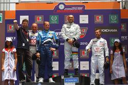 Podium: Franz Engstler, Liqui Moly Team Engstler, BMW 320si, Robert Huff, Chevrolet, Chevrolet Cruze LT, Gabriele Tarquini, SR - Sport, Seat Leon 2.0 TDI et Tiago Monteiro, SR - Sport, Seat Leon 2.0 TDI