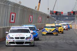 Andy Priaulx, BMW Team RBM, BMW 320si devant Yvan Muller, Chevrolet, Chevrolet Cruze LT