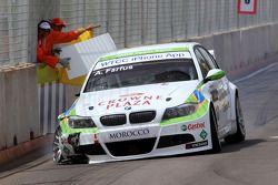 Augusto Farfus, BMW Team RBM, BMW 320si with a broken car