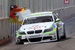 Augusto Farfus, BMW Team RBM, BMW 320si with a broken car