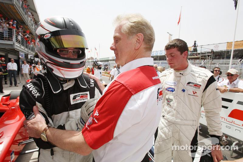 Philipp Eng viert overwinning in parc ferme met Jonathan Palmer CEO MotorSport Vision