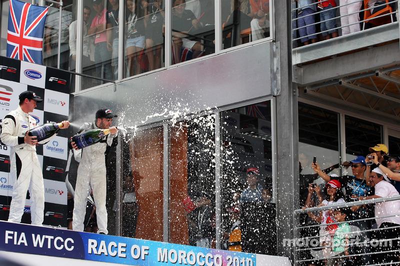 Race winnaar Philipp Eng met champagne op het podium