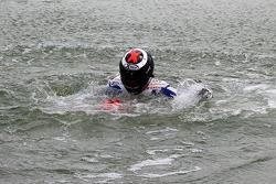 Il vincitore della gara Jorge Lorenzo, Fiat Yamaha Team , festeggia saltando nel lago